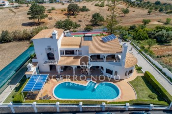 Exceptionally spacious five bedroom villa with pool and tennis court