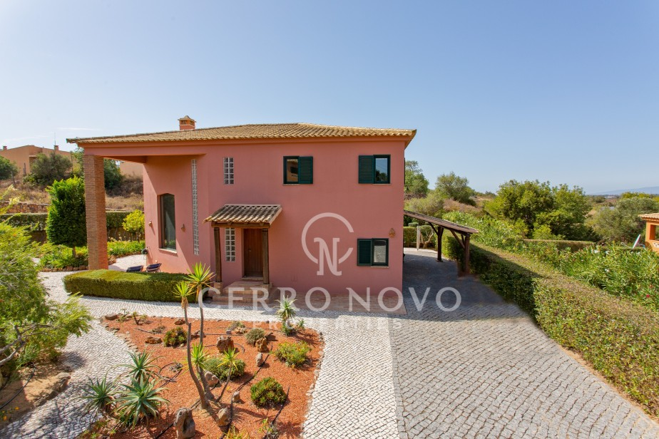 Impressive, detached villa situated within a residential development in Algoz