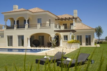 Four bedroom villa overlooking a golf course in the Algarve
