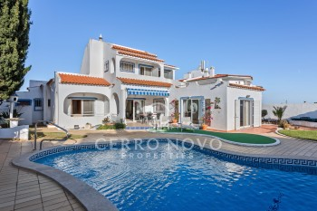 Substantial 5 bed Villa within a short walk to the beach