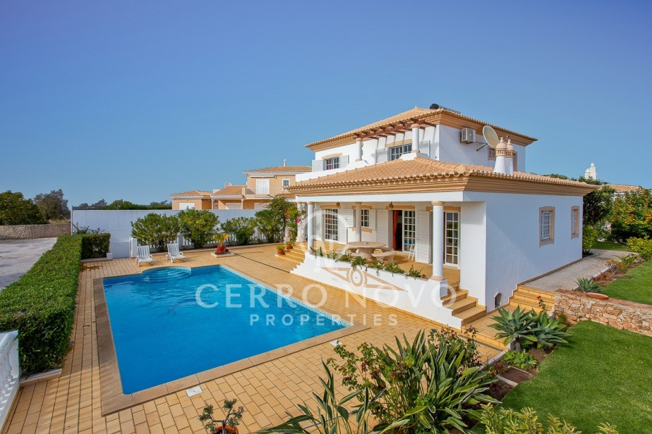 Spacious four bedroom villa with pool and sea view