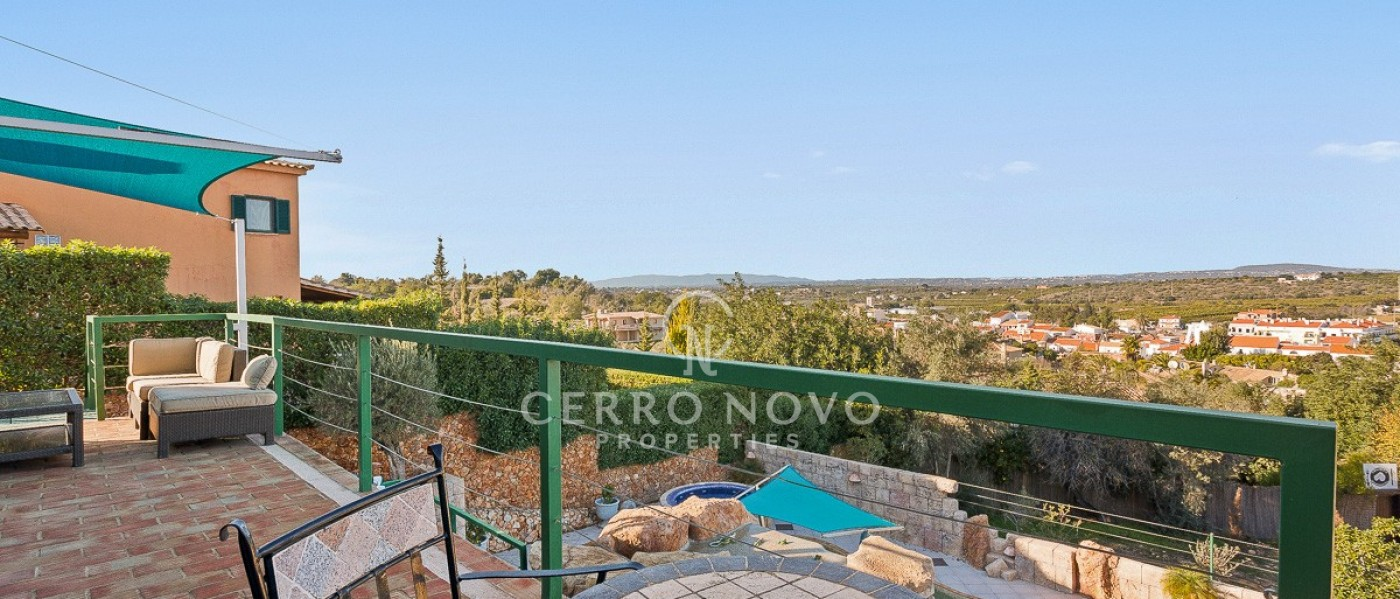 Detached four bedroom villa with lovely views