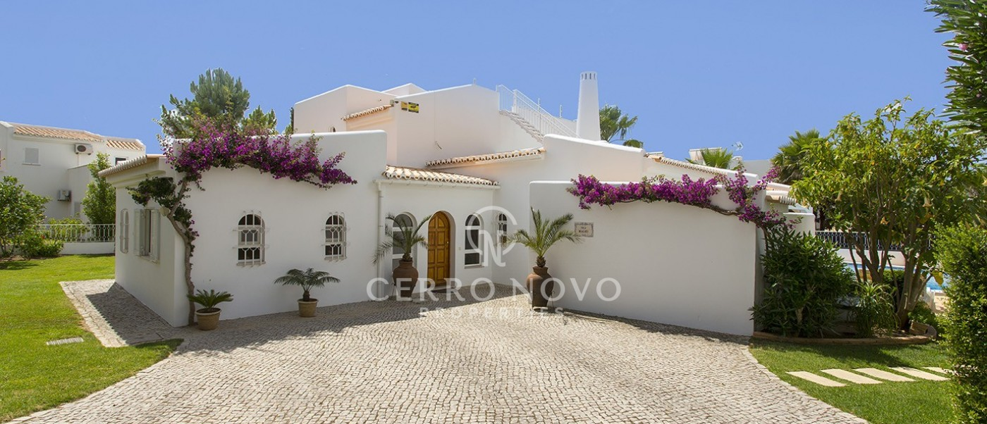 Beautiful four bedroom villa walking distance of two fabulous beaches