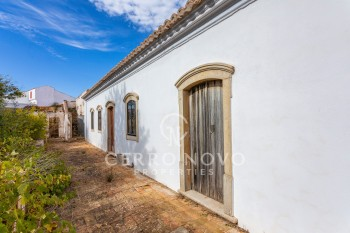 Large Quinta for redevelopment on a substantial plot in Paderne