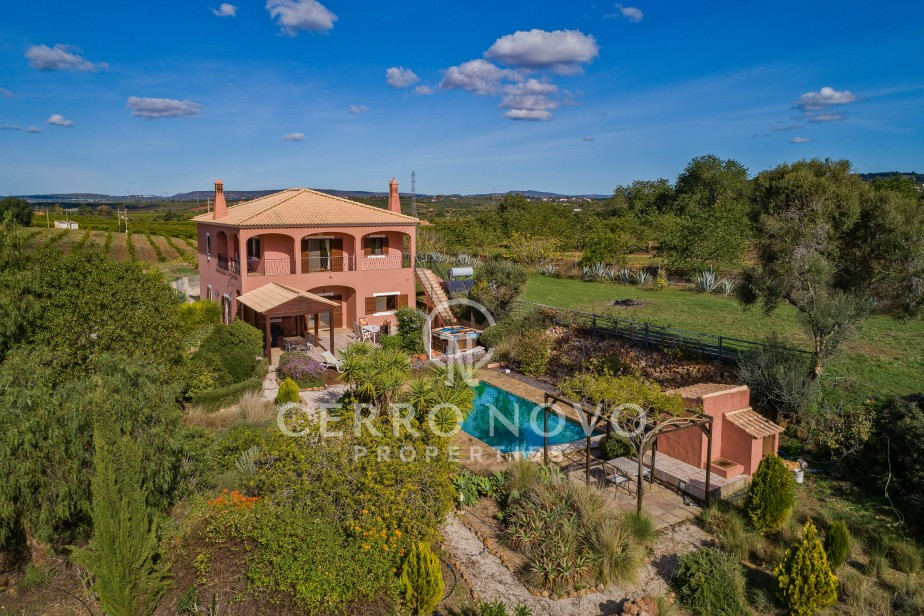 Large villa in the heart of rolling orange groves