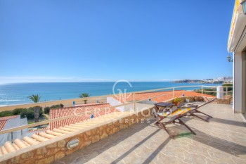 Perfectly positioned three bedroom villa directly overlooking the sea!