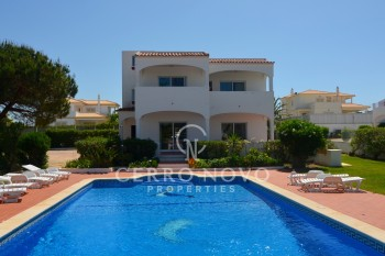 Four bedroom detached villa with large pool and tennis court