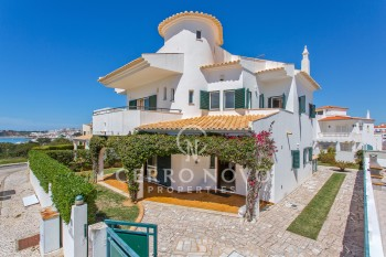 Traditional three bedroom villa with private pool and sea view